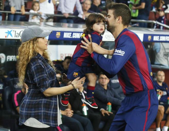 Shakira, Milan y Piqué, este domingo en el Camp Nou.