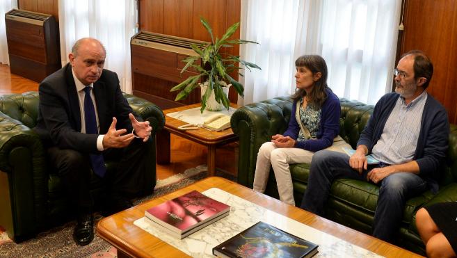 El ministro con los padres de Hodei Egiluz.