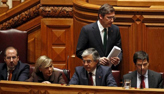 El 'premier', Passos Coelho, de pie, y la ministra Paula...
