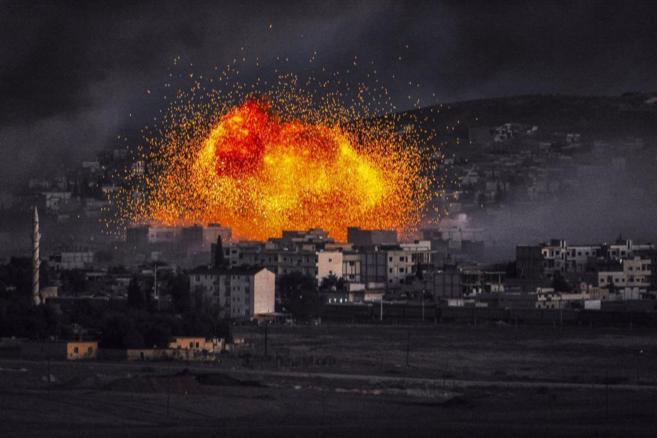 El humo y las llamas se elevan después de una explosión en la ciudad...