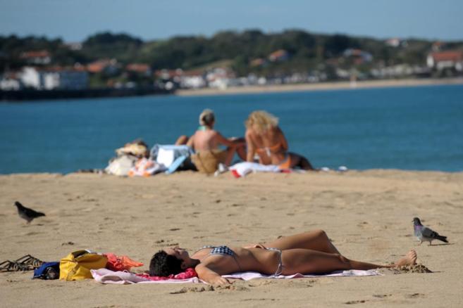 Bañistas el pasado fin de semana en Saint-Jean de Luz, sur de...