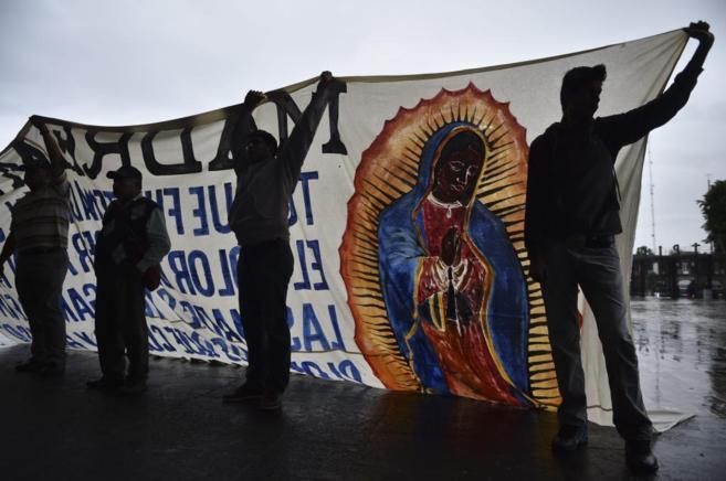Compañeros de los 43 estudiantes desaparecidos preparan una misa en...