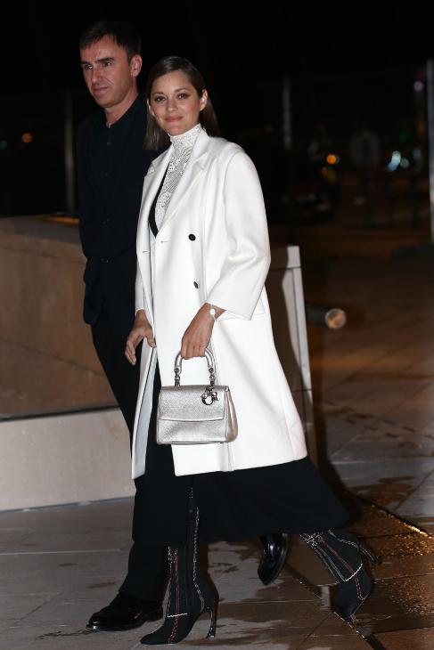 La actriz Marion Cotillard y el director creativo de Dior, Raf Simons,...