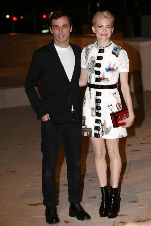 Michelle Williams junto al director creativo de Louis Vuitton, Nicolas...