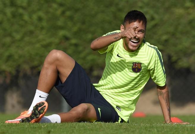 Neymar, sonriente durante el entrenamiento.