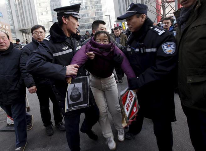 Agentes chinos detienen a los simpatizantes de un activista durante...