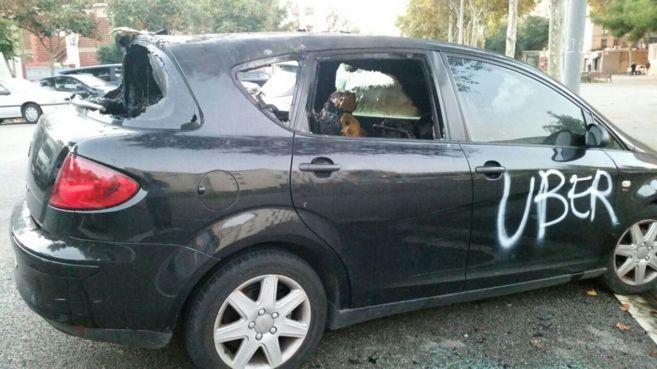 Uno de los vehículos destrozados. | EL MUNDO