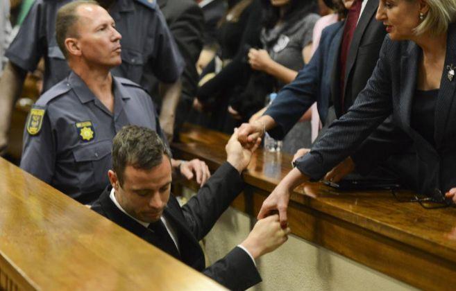 Pistorius abandona la sala tras conocer la sentencia.