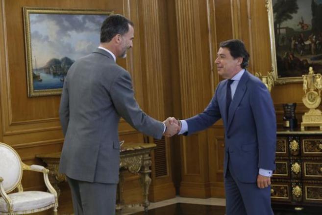 El Rey Felipe VI saluda a Ignacio González.