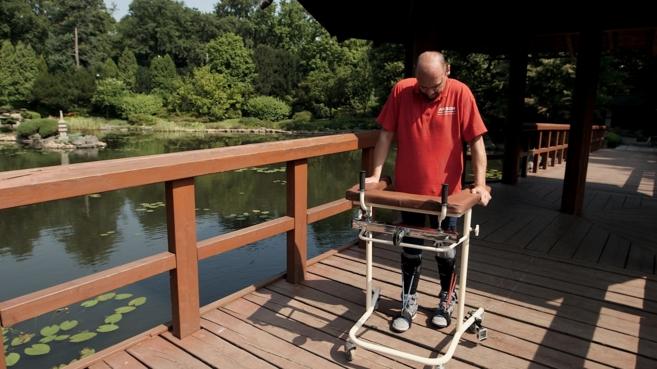 Darek Fidyka camina con ayuda de un andador tras el trasplante...
