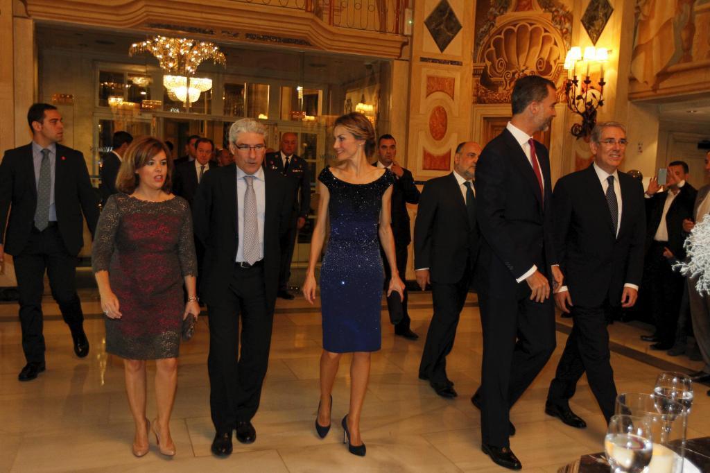 La vicepresidenta Soraya Sáenz de Santamaría, Casimiro García-Abadillo, sus Majestades los Reyes Doña Letizia y Don Felipe, Francisco Pérez de los Cobos y Antonio Fernández-Galiano.