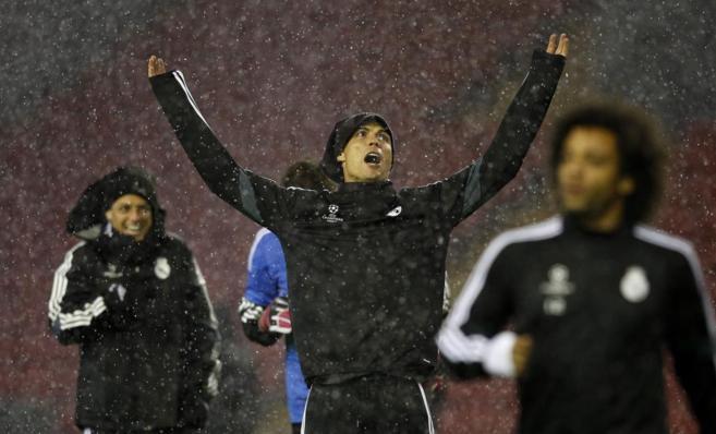 Cristiano Ronaldo, en el centro, bajo la lluvia, durante el...