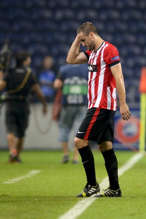 Carlos Gurpegui se retira del campo cabizbajo.