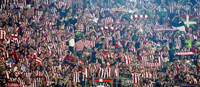 Los seguidores del Athletic, anoche en las gradas del estadio de Do...