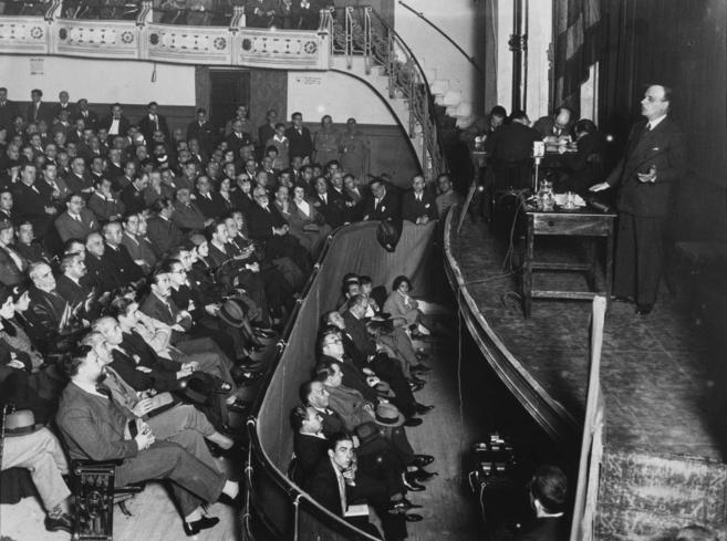 El pensador José Ortega y Gasset imparte una conferencia en el cine...