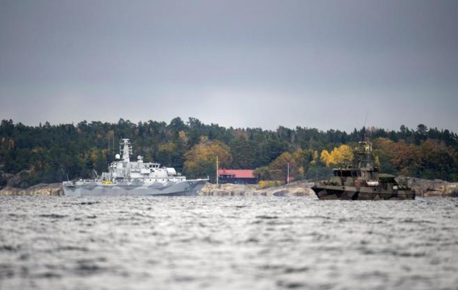 Buques militares prosiguen la búsqueda en la bahía de Namdo, frente...