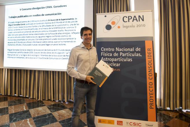 Miguel G. Corral, recibiendo el premio al mejor articulo de...