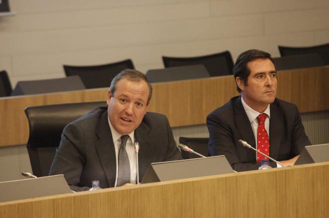 Antonio Garamendi (dcha.) con Jesús María Terciado en la sede de...