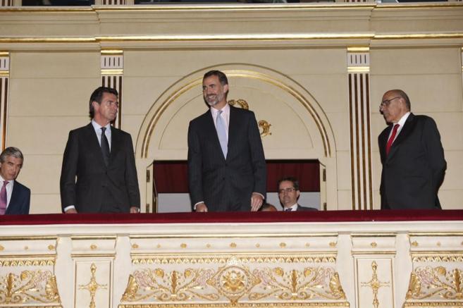 Felipe VI, con el ministro Soria a su derecha, esta tarde en el real.