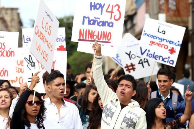 Miles de estudiantes de la Universidad de Guadalajara se manifiestan...