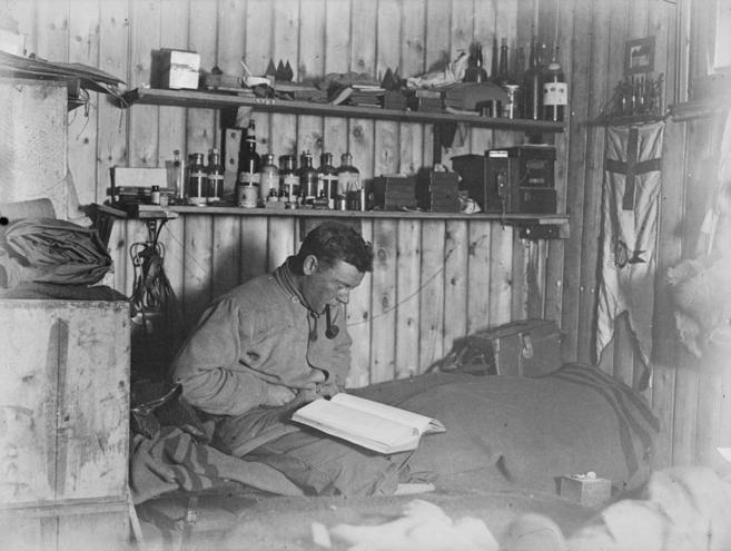 Autorretrato de George Murray Levick durante una de sus expediciones...