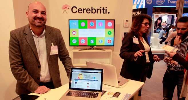 El fundador de Cerebriti, Raúl Orejas, en el stand de la empresa...