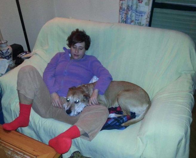 Teresa romero junto con su perro Excálibur.