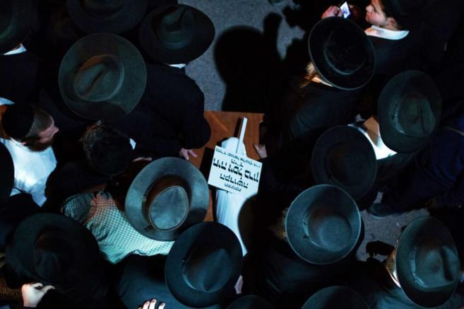 Judíos ultraortodoxos portan el pequeño féretro del bebé de tres...