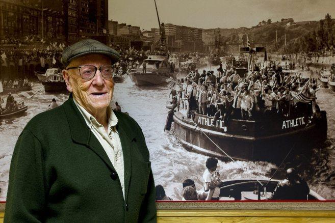 Ramiro Pinilla ante una foto antigua de la gabarra del Athletic.