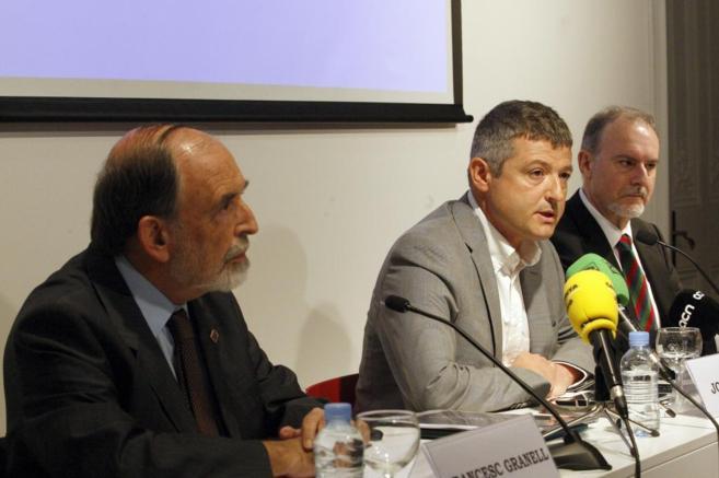Joaquin Coll junto a los economistas Ferran Brunet y Francesc Granell