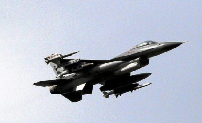 Un F-16 danés sobrevuela la base de la OTAN de Sigonella, en la isla...