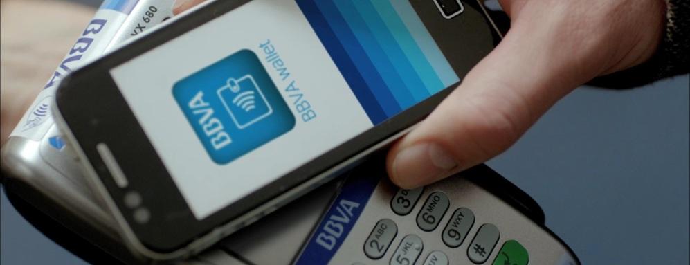 <STRONG>LA EXPERIENCIA ESPAÑOLA.</STRONG>  En los últimos años varios bancos y operadoras han tratado de dar con la fórmula del pago móvil mediante NFC. En España, una de las entidades que ha impulsado de forma más decidida esta tecnología es BBVA. Su aplicación, BBVA Wallet, acumula 300.000 descargas y el banco tiene una amplia red de terminales de punto de venta preparados para aceptar pagos por contacto. La aplicación necesitaba una pegatina NFC especial, pero la última versión es compatible con varios modelos Android con NFC (Apple, de momento, no ha abierto el NFC del iPhone 6 a terceros). Además de facilitar el pago, la aplicación de BBVA incluye descuentos y ofertas, y puede utilizarse, como Apple Pay, en comercios físicos o en tiendas online.