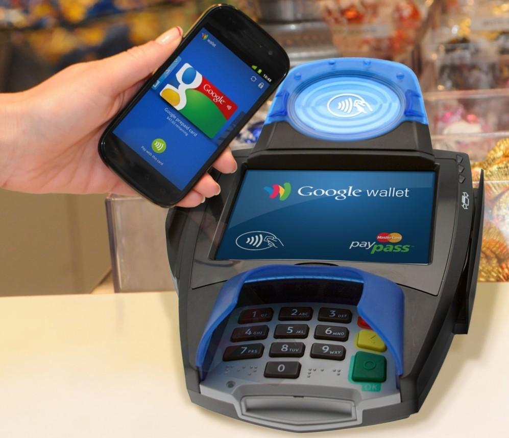 <STRONG> PRIMEROS PASOS.</STRONG>  Buena parte de la atención puesta por analistas y medios sobre Apple Pay se justifica en la mala adopción que han tenido ideas similares hasta el momento. Google Wallet es, posiblemente, la experiencia más parecida en alcance e importancia. Lanzado en EEUU en el año 2011, este servicio utilizaba el chip NFC de los teléfonos Android para realizar pagos seguros mediante la fórmula de cartera virtual (clones de tarjetas físicas almacenadas en la memoria del teléfono, como hace Apple Pay). Más de 300.000 puntos de venta de MasterCard se adaptaron para esta plataforma, pero el uso fue muy bajo. Google ha mantenido Wallet operativo en Norteamérica, pero reconoce que las cifras no son todo lo buenas que esperaban. El lanzamiento de Apple Pay podría dar un nuevo impulso a la plataforma.