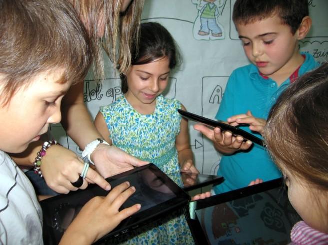 Alumnos de Begoñazpi Ikastola con las tablet.