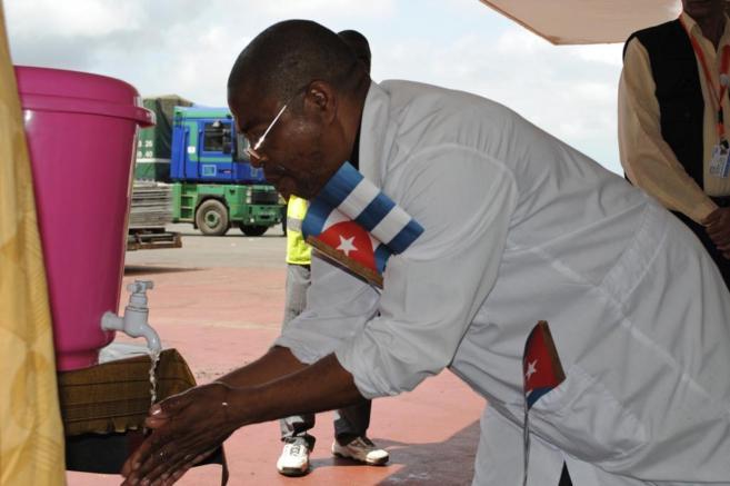 Un sanitario, lavándose las manos en Monrovia.
