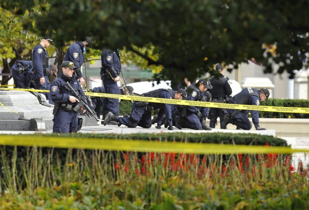 Varios policías trabajan en el lugar de la muerte del soldado...
