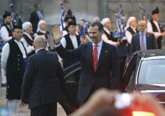 El Rey saludando a su llegada al concierto de música clásica...