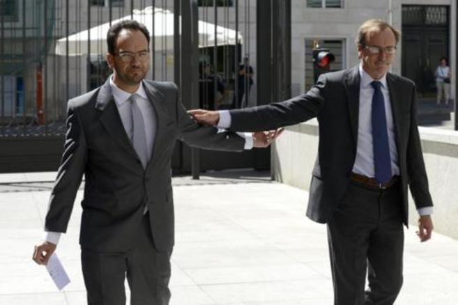 El portavoz del PSOE, Antonio Hernando, y del PP, Alfonso Alonso, en...