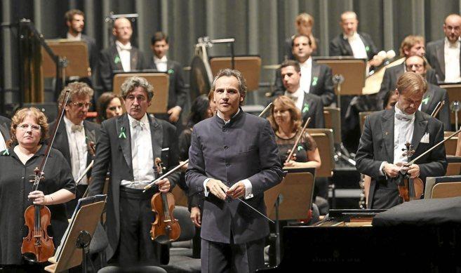 Pedro Halffter, rodeado de los maestros de la Sinfónica, muchos con...