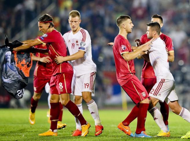 Los jugadores de Serbia y Albania, durante la tángana.