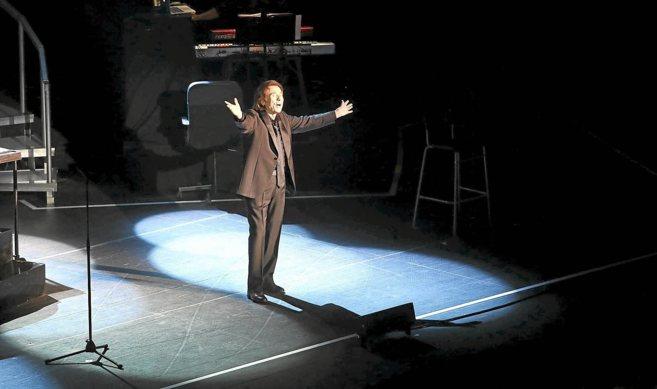 El cantante Raphael, durante su concierto en el Palacio de Congresos...