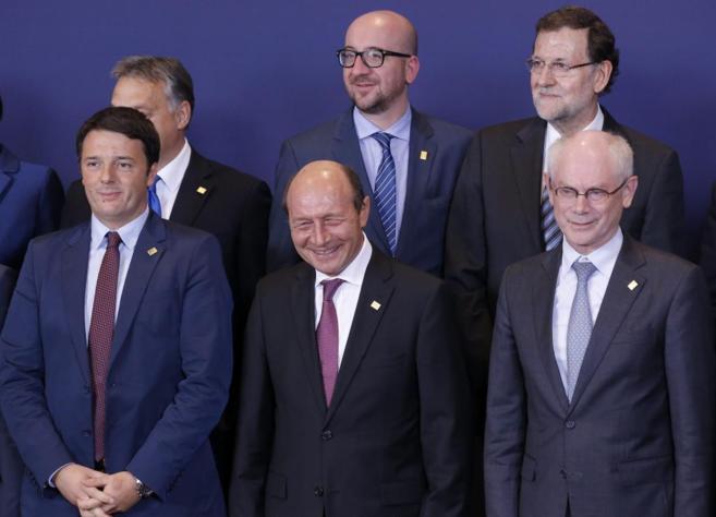 Entre otros líderes, Mariano Rajoy y Herman Van Rompuy posan durante...