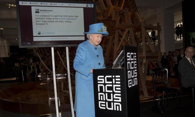 La reina Isabel II, en el momento en el que ha lanzado su primer tuit...