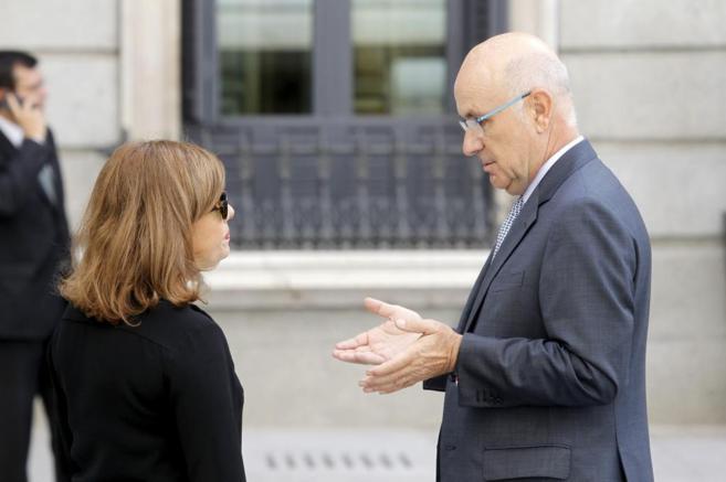El líder de Unió conversa con la vicepresidenta del Gobierno ante el...