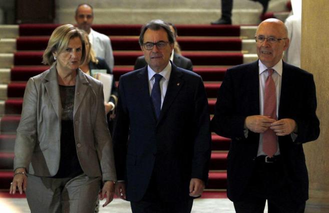 El presidente de la Generalitat, Artur Mas, flanqueado por la...