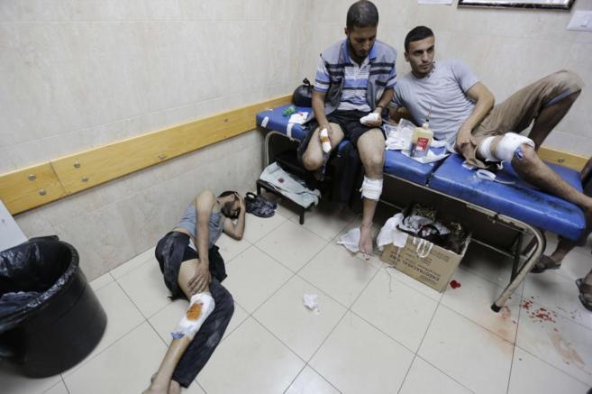 Varios palestinos en el hospital de Deir al-Balah, el pasado julio.