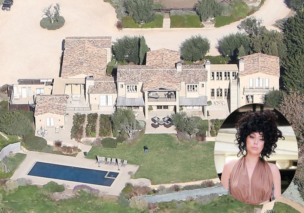 Lady Gaga (28): La cantante ha comprado recientemente esta mansión millonaria en Malibú. Como se aprecia en la imagen, la casa cuenta con varios espacios, además de un enorme jardín con piscina. Sin duda, un lugar ideal para descansar.