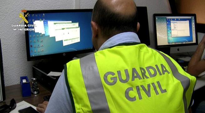 Uno de los agentes de la Guardia Civil durante la operación para...