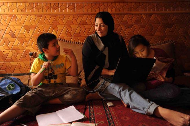 La política afgana, Azita Rafaat, con dos de sus hijas. A la...