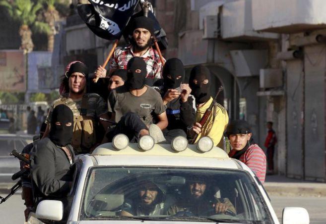 Militantes islamistas sobre un coche en Raqqa (Siria), la capital del...